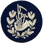 Thistle-Wreathed-Bagpipes-Badge-Silver-Bullion-on-Blue
